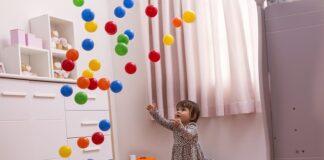dziecięca zabawa piłkami